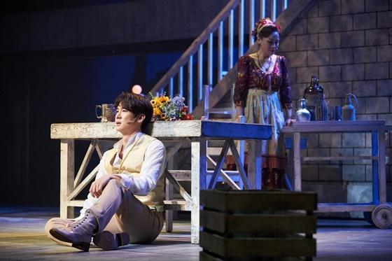 롯데에게 약혼자가 있다는 사실을 알게 된 베르테르가 바닥에 주저앉아 슬퍼하고 있다. (베르테르 역 유연석)