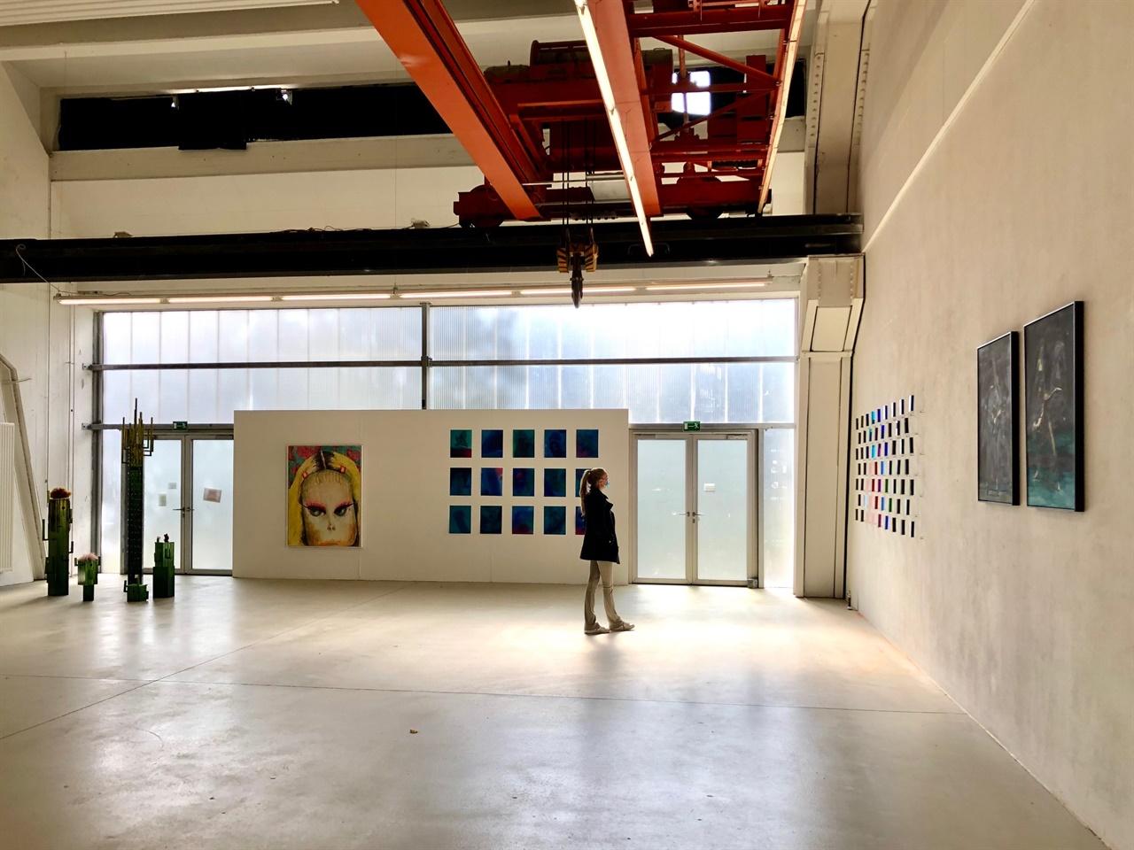 뮌헨 전시회 전경  뮌헨미대 출신의 4인 한국 예술가들은 독특한 유리 설치작업부터 세라믹, 회화, 조각 장르를 통해 세련되고 다채로운 스펙트럼의 현대미술 작품들을 선보였다.
