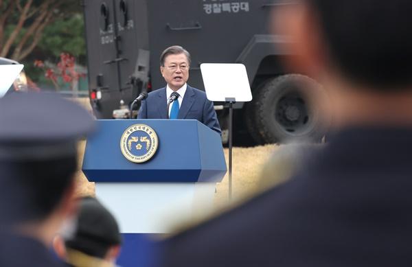 문재인 대통령이 21일 충남 아산시 경찰인재개발원에서 열린 제75주년 경찰의 날 기념식에서 기념사를 하고 있다.