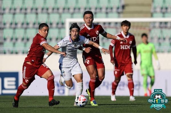 지난 18일 부산구덕운동장에서 벌어진 부산아이파크와 수원삼성블루윙즈의 경기 모습.