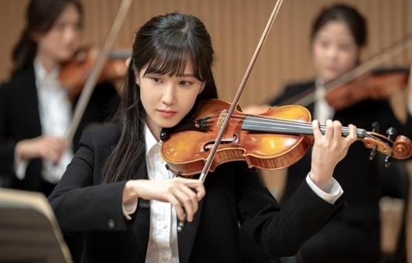 송아는 바이올린을 너무나 사랑하는 늦깍이 음대생이다. 그 누구보다 열심히 하지만 그녀에게 현실은 녹록치 않다.
