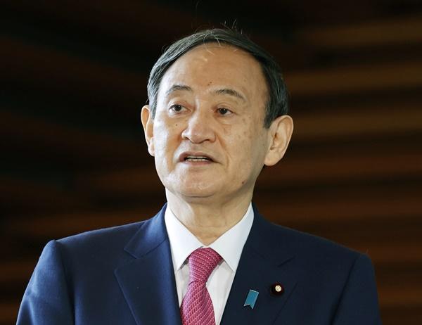 스가 요시히데 일본 총리가 취임 한 달째인 16일 오전 도쿄 소재 일본 총리관저에서 취재에 응하고 있다