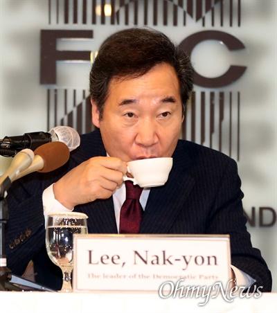 더불어민주당 이낙연 대표가 21일 오후 서울 중구 프레스센터에서 열린 외신기자클럽 초청 토론회에서 차를 마시고 있다.