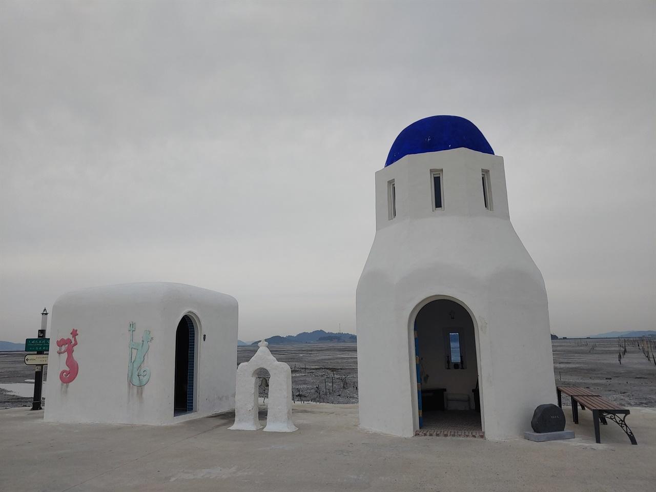 1번 베드로의 집(건강의 집, 김윤환 작품): 대기점 선착장에 있어서 등대와 대기소 역할을 한다. 낮은 종탑 종을 울리면 순례의 시작을 알린다.