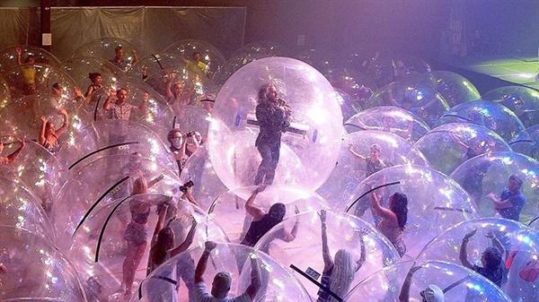플레이밍 립스(The Flaming Lips)의 콘서트는 모든 참여자가 플라스틱 풍선에 들어간 상태에서 이뤄졌다.