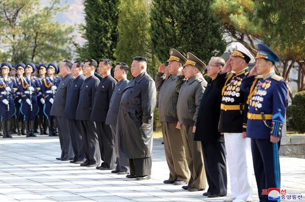 김정은, 중국 6·25참전 70주년 맞아 중공군 열사능 참배  김정은 북한 국무위원장이 중국의 6·25전쟁 참전 70주년을 맞아 평안남도 회창군에 있는 중공군 열사능을 참배했다고 조선중앙통신이 22일 보도했다. 2020.10.22