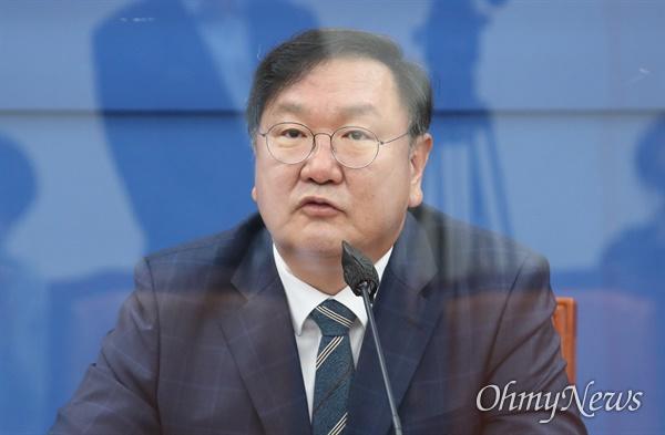 더불어민주당 김태년 원내대표가 22일 오전 서울 여의도 국회에서 열린 국정감사 대책회의에서 발언하고 있다.