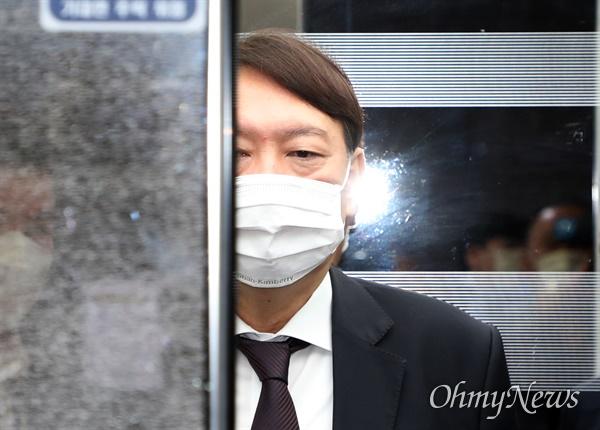 윤석열 검찰총장이 22일 오전 국회에서 열리는 국회 법사위의 국정감사에 출석하기 위해 국회 본청으로 들어서고 있다.