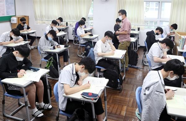 16일 부산 해운대구 센텀고등학교에서 3학년 학생들이 2021학년도 수능 9월 모의평가를 치르고 있다. 2020.9.16