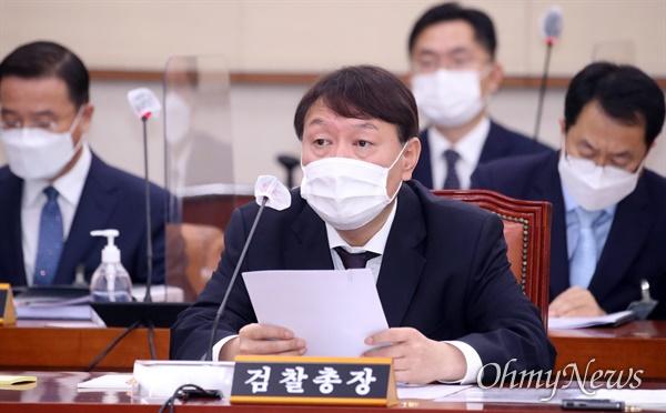 윤석열 검찰총장이 22일 서울 여의도 국회에서 열린 법제사법위원회의 대검찰청에 대한 국정감사에 출석해 의원들의 질의에 답하고 있다.