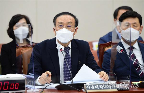 오세정 서울대학교 총장이 22일 국회에서 열린 교육위원회의 서울대학교 등에 대한 국정감사에서 의원들의 질의에 답하고 있다.