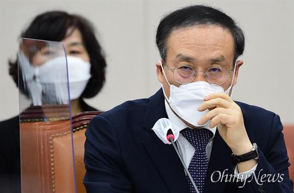 오세정 서울대학교 총장이 22일 국회에서 열린 교육위원회의 서울대학교 등에 대한 국정감사에서 굳은 표정을 짓고 있다.