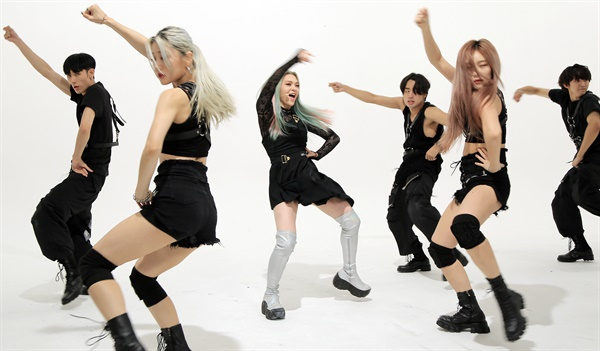 '알렉사' 파워풀 퍼포먼스 알렉사(AleXa) 가수가 21일 오후 열린 2nd 미니앨범 < DECOHERENCE(디코히런스) > 발매 기념 온라인 미디어 쇼케이스에서 타이틀곡 'Revolution(레볼루션)'을 선보이고 있다. 알렉사(AleXa)는 지난해 10월 첫 번째 디지털 싱글 'Bomb'으로 데뷔한 가수로, '멀티버스(다중 우주) 속 A.I(인공지능)'라는 콘셉트를 선보이고 있다.