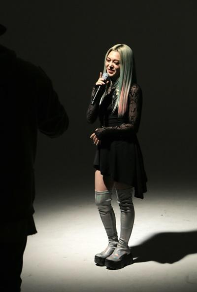 '알렉사' 파워루키! 알렉사(AleXa) 가수가 21일 오후 열린 2nd 미니앨범 < DECOHERENCE(디코히런스) > 발매 기념 온라인 미디어 쇼케이스에서 포즈를 취하고 있다. 알렉사(AleXa)는 지난해 10월 첫 번째 디지털 싱글 'Bomb'으로 데뷔한 가수로, '멀티버스(다중 우주) 속 A.I(인공지능)'라는 콘셉트를 선보이고 있다.