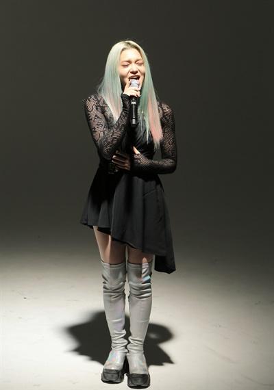 '알렉사' 진심 어린 목소리 알렉사(AleXa) 가수가 21일 오후 열린 2nd 미니앨범 < DECOHERENCE(디코히런스) > 발매 기념 온라인 미디어 쇼케이스에서 타이틀곡 'Revolution(레볼루션)'을 선보이고 있다. 알렉사(AleXa)는 지난해 10월 첫 번째 디지털 싱글 'Bomb'으로 데뷔한 가수로, '멀티버스(다중 우주) 속 A.I(인공지능)'라는 콘셉트를 선보이고 있다.