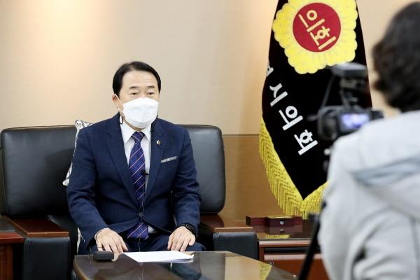 [게릴라 인터뷰] 신은호 인천시의회 의장  신은호 인천시의회 의장은 코로나19 극복을 위한 철저한 방역과 꼼꼼한 복지 지원, 그리고 80년 만에 개방된 부평 캠프마켓을 시민의 쉼터로 조성하는 것은 임기 중 역점 과제로 추진하겠다고 밝혔다. 사진은 신은호 의장이 인천게릴라뉴스와 인터뷰를 진행하는 모습.