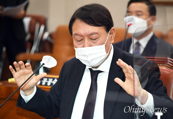 윤석열 검찰총장이 22일 국회에서 열린 법제사법위원회 대검찰청 국정감사에서 의원 질의에 답변하고 있다.