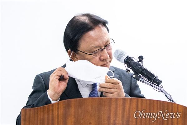 박근희 CJ대한통운 대표이사가 22일 오후 서울 중구 태평로빌딩에서 택배 노동자 사망 사건과 관련해 사과문을 발표를 마치고 인사에 앞서 마스크를 벗고 있다.