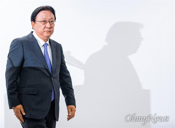박근희 CJ대한통운 대표이사가 22일 오후 서울 중구 태평로빌딩에서 택배 노동자 사망 사건과 관련해 사과문을 발표를 하기 위해 강단으로 향하고 있다.
