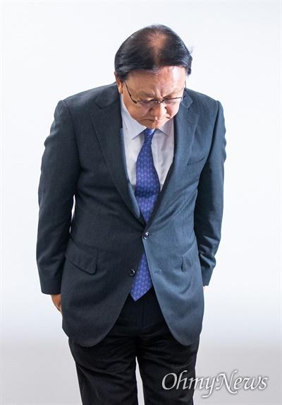 박근희 CJ대한통운 대표이사가 22일 오후 서울 중구 태평로빌딩에서 택배 노동자 사망 사건과 관련해 사과 인사를 하고 있다.