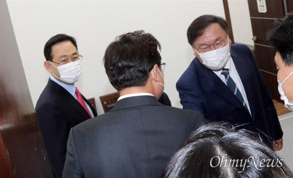 더불어민주당 김태년 원내대표와 국민의힘 주호영 원내대표가 22일 오후 국회에서 회동하고 있다.