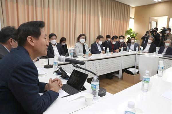 오세훈 전 서울시장이 22일 오후 서울 마포구 마포현대빌딩에서 열린 더 좋은 세상으로 제9차 정례세미나에서 강연하고 있다.