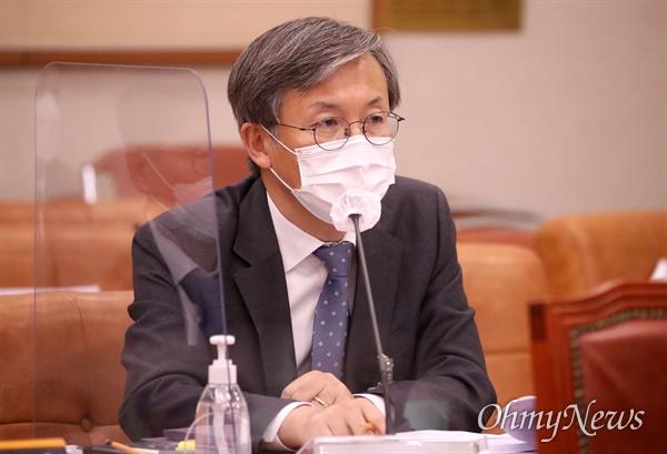 한동수 대검찰청 감찰부장이 22일 서울 여의도 국회에서 열린 법제사법위원회의 대검찰청에 대한 국정감사에서 의원 질의에 답변하고 있다.