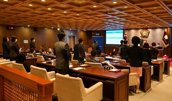 22일 제289회 강남구의회 임시회 제2차 본회의에서 의원들이 '서울특별시 강남구 구세 조례 일부개정조례안'을 표결 처리하고 있다.