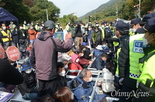22일 사드 기지가 있는 경북 성주군 초전면 소성리 진밭교 앞에서 주민들이 공사 차량의 진입을 막기 위해 사다리에 몸을 넣어 막고 있다.