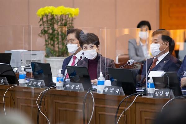 김은혜 국민의힘 의원이 20일 오후 경기도청 신관 4층 제1회의실에서 열린 2020년 국토교통위원회 국정감사에서 질의를 하고 있다.