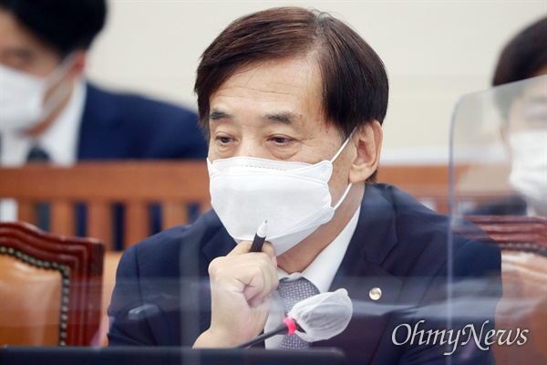 이주열 한국은행 총재가 23일 오전 서울 여의도 국회에서 열린 기획재정위원회 종합국정감사에서 질의를 받고 있다.