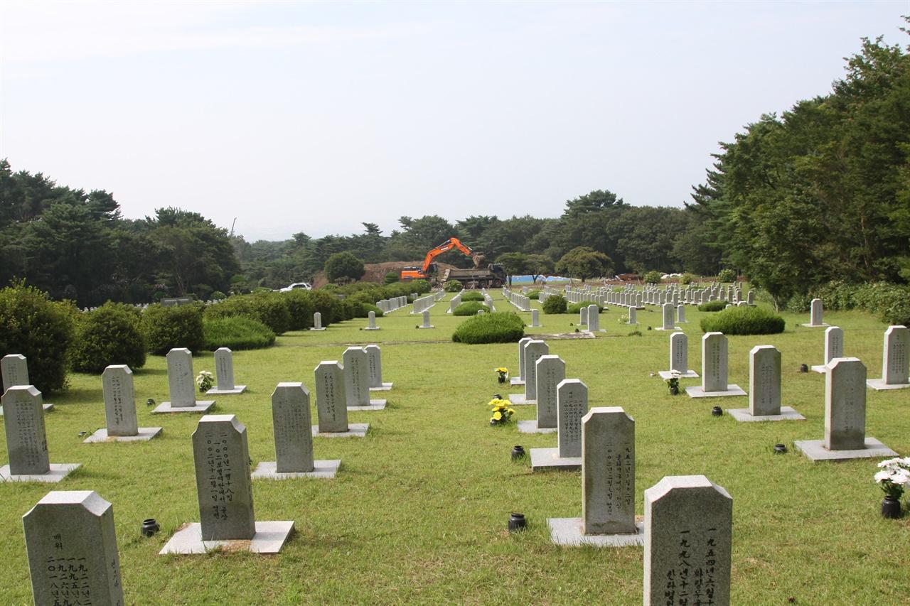 제주 충혼묘지 구묘역   저 멀리 확장공사가 한창이다.