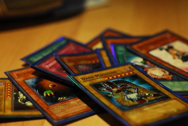 동명의 만화를 바탕으로 만들어진 '유희왕' 카드도 당시 유행했던 놀이 도구 중 하나였다.
