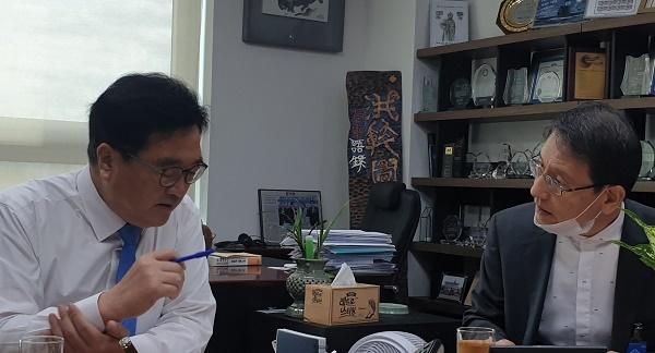 우원식 의원 우원식 의원(좌)이 지난 9월 25일 국회 의원회관에서 김상범 서울교통공사 사장(우)과 도시철도 무임비용과 관련해 대화를 나누고 있다.