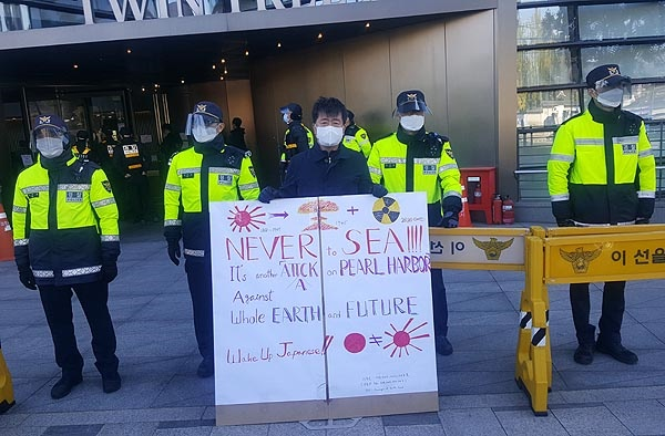 23일 오후 서울 종로구 율곡로 주한일본대사관 앞에서 한 시민이 일본의 후쿠시마원전 오염수 방류 방침에 대해 반대하는 1인시위를 벌이고 있다.