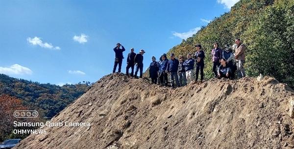대전 골령골(대전 동구 낭월동) 유해발굴 현장. 발굴을 위해 파낸 흙이 또 다른 작은 동산을 만들었다.