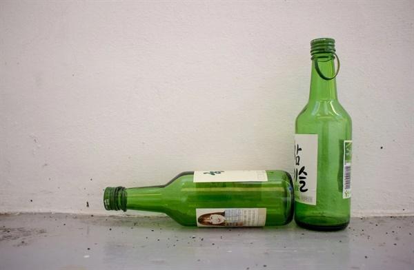 동생은 17살쯤부터 술을 먹기 시작했다.