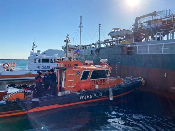 10월 23일 오후 3시 15분경, 부산항 입구에서 기관고장으로 표류하고 있는 대형선박. 해경이 출동해 예인조치를 하고 있다.