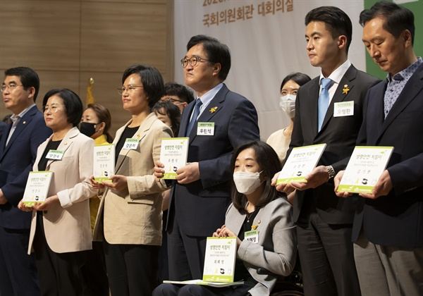 더불어민주당 최혜영 의원을 비롯한 참석자들이 지난 7월 1일 오전 국회 의원회관에서 열린 국회 생명안전포럼 창립식에서 생명안전지킴이를 들어보이고 있다.