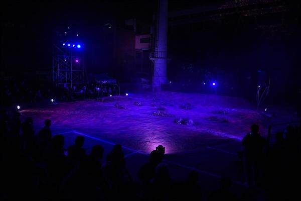 한국전쟁 70년을 맞아 마당극 <적벽대전>이 집중한 것은 바로 '죽음'이다. 특설무대에서 '죽음'을 연기하는 장면을 관객들이 지켜보고 있다.