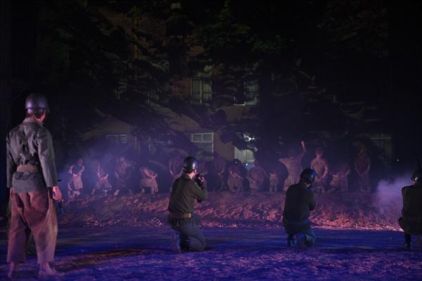 마당극에서 산내 골령골 민간인 학살 사건을 보여주는 장면