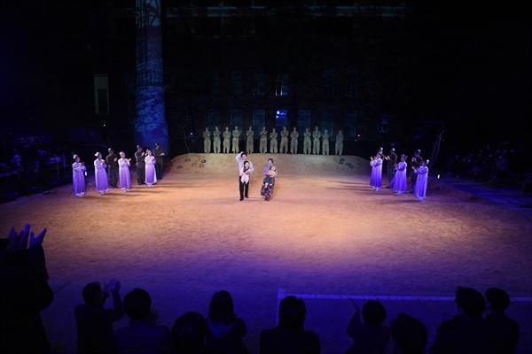마당극 <적벽대전>이 끝나고 배우들이 관객들에게 인사하기 위해 무대로 나왔고, 관객들은 박수로 화답했다.