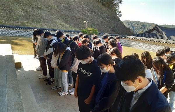 갈산중학교 학생들이 백야 김좌진 장군(1889~1930) 사당을 찾아 분향하고 있다.