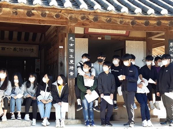 23일 오후, 갈산중학교 학생들이 백야 김좌진 장군(1889~1930) 의 생가를 찾았다.