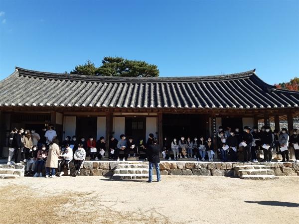 23일 오후, 갈산중학교 학생들이 백야 김좌진 장군(1889~1930) 생가를 방문했다.매년 청산리전투 승리 기념일 때마다 전교생이 생가를 찾고 있다.