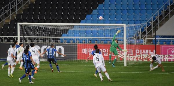 88분, 인천 유나이티드 FC 골키퍼 이태희가 바로 앞 부산 아이파크 김현(사진 오른쪽)의 결정적인 헤더 슛을 오른손으로 쳐내는 순간