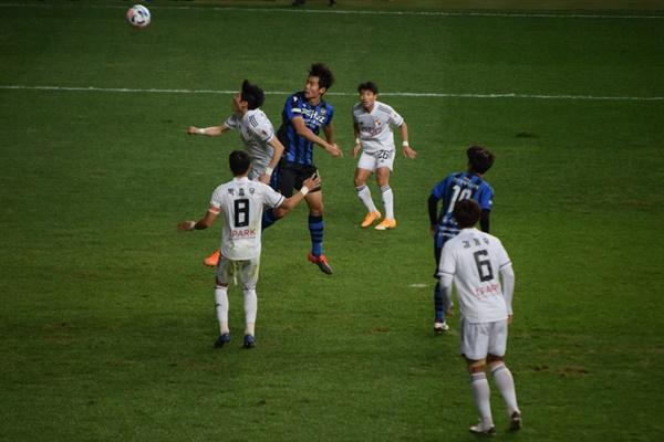 74분 7초, 인천 유나이티드 FC 무고사의 왼쪽 크로스를 받아 김대중이 헤더 동점골을 터뜨리는 순간
