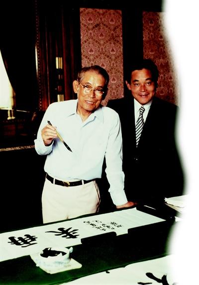 1980년 삼성 창업주인 이병철 회장과 이건희 회장이 함께있는 모습.