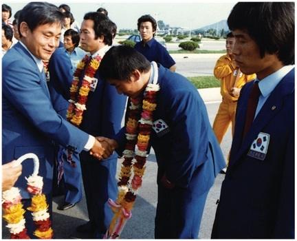 1982년 레슬링협회 선수단을 격려하고 있는 이건희 회장.