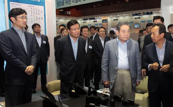 2011년 7월 29일, 이건희 삼성 회장이 선진제품 비교전시회를 참관하고 있다.